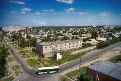 Kasachstan, Pavlodar - 24. Juli 2016: Stadt Pavlodar in Nord-Kasachstan 2016 Sektor von Privathäusern und von Wohngebäuden stockfotos