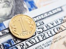 Kasachstan-Tenge zu US-Dollar Austausch auf Dollarhintergrund lizenzfreies stockbild