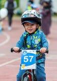 KASAKHSTAN ALMATY - JUNI 11, 2017: Barn` s som cyklar konkurrenser, turnerar de-ungar Barn som åldras 2 till 7 år, konkurrerar in Royaltyfria Foton