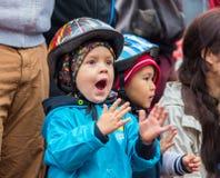 KASAKHSTAN ALMATY - JUNI 11, 2017: Barn` s som cyklar konkurrenser, turnerar de-ungar Barn som åldras 2 till 7 år, konkurrerar in Arkivbilder