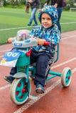 KASAKHSTAN ALMATY - JUNI 11, 2017: Barn` s som cyklar konkurrenser, turnerar de-ungar Barn som åldras 2 till 7 år, konkurrerar in Arkivfoto