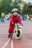 KASAKHSTAN ALMATY - JUNI 11, 2017: Barn` s som cyklar konkurrenser, turnerar de-ungar Barn som åldras 2 till 7 år, konkurrerar in Arkivfoton