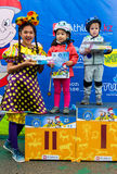 KASAKHSTAN ALMATY - JUNI 11, 2017: Barn` s som cyklar konkurrenser, turnerar de-ungar Barn som åldras 2 till 7 år, konkurrerar in Royaltyfri Foto