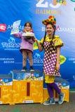 KASAKHSTAN ALMATY - JUNI 11, 2017: Barn` s som cyklar konkurrenser, turnerar de-ungar Barn som åldras 2 till 7 år, konkurrerar in Royaltyfria Bilder