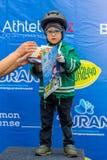 KASAKHSTAN ALMATY - JUNI 11, 2017: Barn` s som cyklar konkurrenser, turnerar de-ungar Barn som åldras 2 till 7 år, konkurrerar in Arkivbild