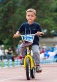 KASAKHSTAN ALMATY - JUNI 11, 2017: Barn` s som cyklar konkurrenser, turnerar de-ungar Barn som åldras 2 till 7 år, konkurrerar in Fotografering för Bildbyråer