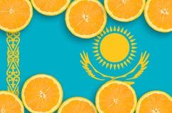 Kasakhstan flagga i citrusfruktskivahorisontalram royaltyfri fotografi