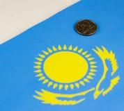 Kasakhstan pengar mot bakgrunden av Kazakhflaggahuvudstaden royaltyfri foto