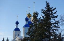 Kasan-Kathedrale im Winter gegen den Himmel und ein Weihnachtsbaum in Tambow stockfoto