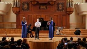 Kasan, Russland - 15. April 2017: Saydashev-Zustands-großes Konzertsaal - Ausführung von Kindermusikern - Flöte und Klavier