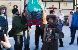 Kasan, Russland - 28. Februar 2017 - Sviyazhsk-Insel: Russischer ethnischer Karneval Maslenitsa - der Mann spielt das Akkordeon Lizenzfreies Stockfoto