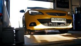 Kasan, Russland, 1 Handelszentrum 2017, Autoservice-Arbeit - gelbes Auto fährt zur Garage stock footage
