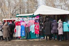 Kasan, Russland - 2 Handelszentrum 2017: Gedrängte Marktstraße auf dem offenen Bazarmarkt - Kleidungsabteilung Lizenzfreie Stockfotografie