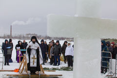 KASAN, RUSSLAND - 19. JANUAR 2017: Jesus Christ-` s Taufefeiertag auf kazanka Fluss Traditioneller Winter, der in der Mitte badet Lizenzfreie Stockbilder