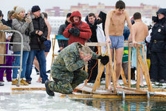 KASAN, RUSSLAND - 19. JANUAR 2017: Jesus Christ-` s Taufefeiertag auf kazanka Fluss Traditioneller Winter, der in der Mitte badet Lizenzfreies Stockbild