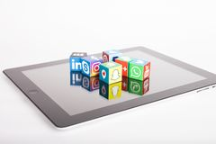 KASAN, RUSSLAND - 27. Januar 2018: Papierw?rfel mit popul?ren Social Media-Logos liegen auf dem Tablet-PC stockfotografie