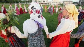 Kasan, Russland am 19. Juli 2017 russisches Volksensemble führt einen runden Tanz auf dem Gras durch stock video