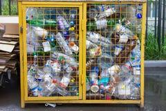 Kasan, Russland - 1. Juni 2017, - recyclebarer Abfall von Plastikflaschen im Mülleimer lizenzfreie stockfotografie