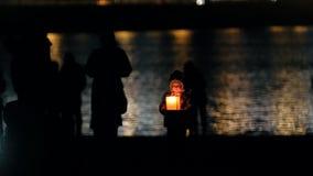 Kasan, Russland, 12 kann 2017 - Festival von sich hin- und herbewegenden Beleuchtung Laternen auf Kazanka-Fluss nachts stock footage
