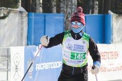 KASAN, RUSSLAND - MÄRZ 2018: Der Skifahrer mit Sonnenbrille am Skimarathon Lizenzfreie Stockfotografie