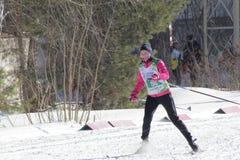 KASAN, RUSSLAND - MÄRZ 2018: Frauenskifahrer, der auf Skibahn auf Stadtskimarathon läuft Lizenzfreies Stockbild