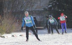 KASAN, RUSSLAND - MÄRZ 2018: Teilnehmer auf Skibahn auf Stadtwettbewerbsskilanglauf Stockfotografie