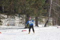 KASAN, RUSSLAND - MÄRZ 2018: Teilnehmer des alten Mannes, der auf Skibahn auf Skiwettbewerb läuft stockfotografie