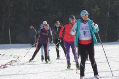 KASAN, RUSSLAND - MÄRZ 2018: Teilnehmer von den Skiwettbewerben laufen gelassen auf Skibahn Stockbilder