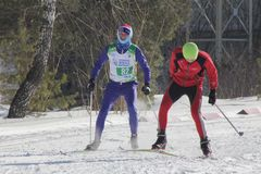 KASAN, RUSSLAND - MÄRZ 2018: Zwei junge Teilnehmer Skiwettbewerb auf Skibahn Stockbilder