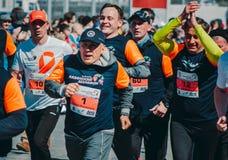KASAN, RUSSLAND - 15. MAI 2016: Marathon - Präsident von Läufen Republik-Tatarstans Rustam Minnihanov mit anderen Läufern Lizenzfreies Stockfoto