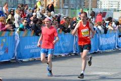 KASAN, RUSSLAND - 15. MAI 2016: Marathonläufer an der Ziellinie nach 42 0,85 Kilometer Lizenzfreie Stockfotos