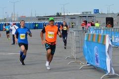KASAN, RUSSLAND - 15. MAI 2016: Marathonläufer an der Ziellinie nach 42 0,85 Kilometer Stockbilder