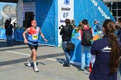 KASAN, RUSSLAND - 15. MAI 2016: Marathonläufer an der Ziellinie nach 42 0,85 Kilometer Lizenzfreie Stockfotografie