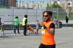 KASAN, RUSSLAND - 15. MAI 2016: Marathonläufer an der Ziellinie nach 42 0,85 Kilometer Stockfoto