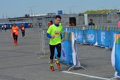 KASAN, RUSSLAND - 15. MAI 2016: Marathonläufer an der Ziellinie nach 42 0,85 Kilometer Stockbild