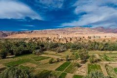 Kasbah en oase in atlasbergen, Marokko stock foto