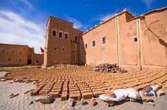 Kasbah und Ziegelsteine trockneten auf der Sonne, Marokko Stockbilder