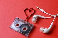 Kaseta z taśma kształta sercem na czerwieni Zdjęcia Royalty Free