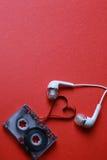 Kaseta z taśma kształta sercem na czerwieni Zdjęcie Stock