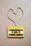 Kasety taśma w kształcie serce na drewnianym tle Zdjęcie Stock