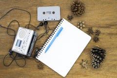 Kasety taśmy audio gracza i pustego papieru rocznika wciąż życie zdjęcie royalty free