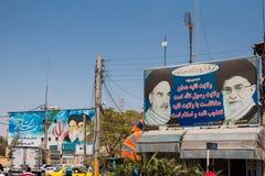KASHAN, DER IRAN - 13. AUGUST 2016: Anschlagtafeln, die Propaganda für die zwei Obersten Führer der islamischen Republik vom Iran Stockfotos