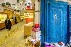 Kashan, IRÁN - 27 de octubre de 2016: artesanías por el bazar de Kashan imagen de archivo libre de regalías