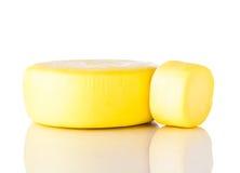 Κίτρινο τυρί Kashkaval ροδών στο άσπρο υπόβαθρο Στοκ φωτογραφία με δικαίωμα ελεύθερης χρήσης