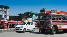 KASHMIR INDIEN - JULI 1, 2017: Trafik från den Srinagar-Ladakh vägen går till det Sonamarg berget, den Jammu and Kashmir staten,  Fotografering för Bildbyråer