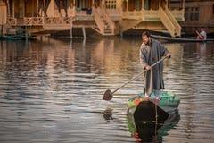 Kashmir lokalt folk i Dal sjön, Srinagar, Indien arkivfoto