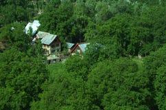 Kashmiri σπίτια που κρύβονται στην πρασινάδα Στοκ Φωτογραφίες