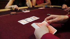 Kasinoåterförsäljare som sätter kort på den röda tabellen, pokerlek som spelar, närbildhänder Spelare på bakgrund stock video