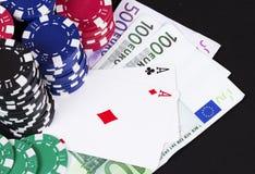 Kasino aces Karten und Geld Stockbild
