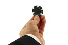 Kasino-Chip in der Hand getrennt auf Weiß Stockbild
